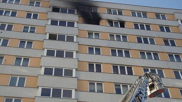 V desátém patře věžového domu na ulici Otakara Jeremiáše v Ostravě-Porubě vypukl v pátek odpoledne požár.