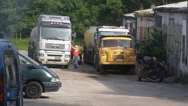 Cisterny s minerálními oleji končily v areálech zemědělských družstev nebo bývalých šachet. Zde byl olej přečerpáván do českých cisteren a jako motorová nafta poté končil na čerpacích stanicích.