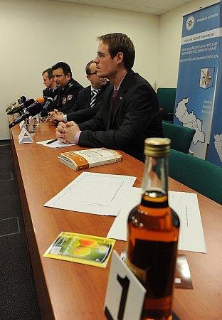 Zástupci moravskoslezské policie a zlínského státního zastupitelství vpondělí informovali ovývoji metylalkoholové kauzy.