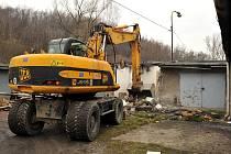 V Muglinovské ulici v Ostravě-Přívoze začala demolice nevyužívaných garáží.