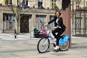 Modrá sdílená kola budou již od příštího týdne opět k dispozici v ulicích Ostravy.