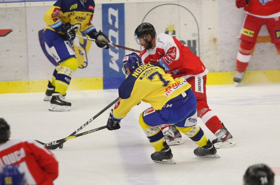 Extraligoví hokejisté Zlína (ve žlutém) ve 12. kole doma hostili Olomouc. Na snímku Nosek a Irgl
