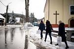 Parlamentní volby na Slovensku, 29. února 2020 v Makově. Na snímku volební komise s přenosu urnou.