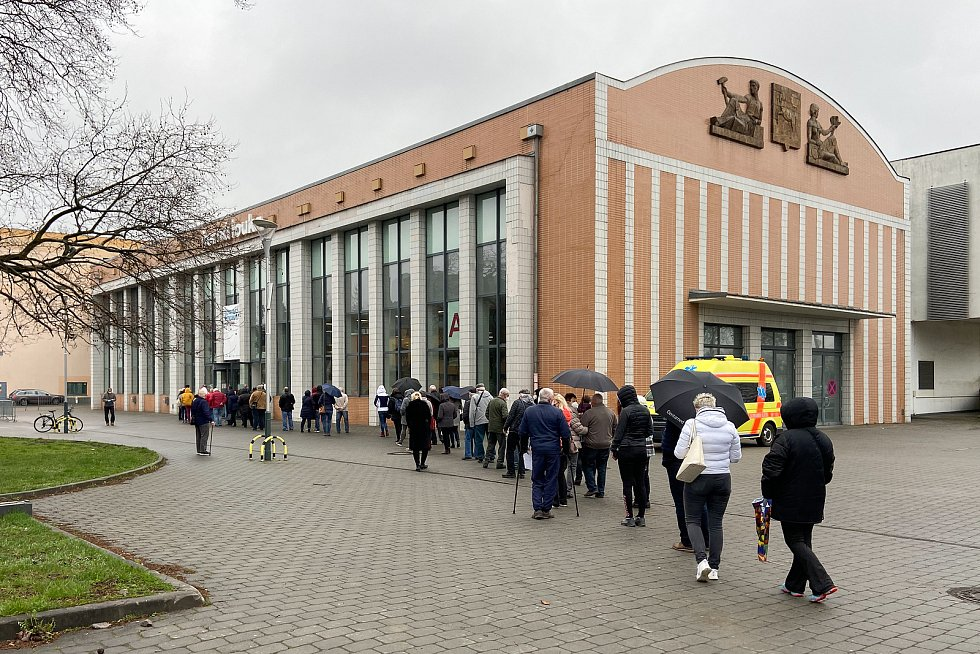 Fronta lidí před očkovacím centrem na Černé louce, 16. dubna 2021 v Ostravě.