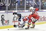 45. kolo hokejové extraligy mezi HC Vítkovice Ridera - HC Dynamo Pardubice v Ostravě dne 14. února 2020. Zleva Alexandre Mallet z Vítkovic a Jan Zdráhal z Pardubic.