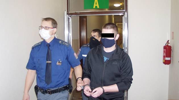 Muž je obžalován z rozsáhlých podvodů. U soudu využil svého práva a odmítl vypovídat.