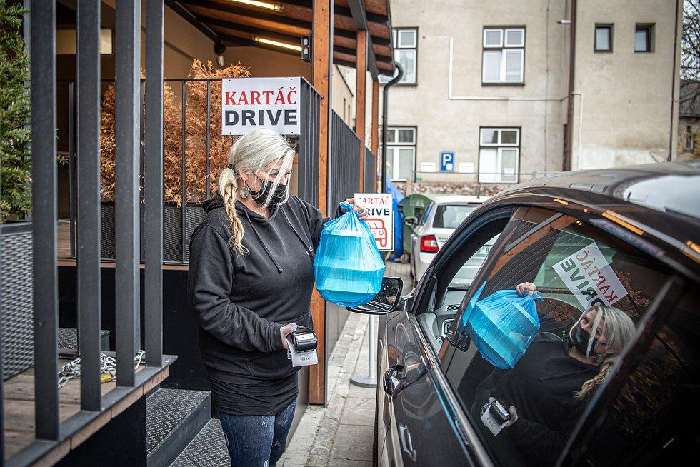 Restaurace Kartáč má výdejní místo drive-in, 16. listopadu 2020 v Ostravě.