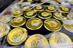 Ostravská spalovna. Ilustrační foto z března 2016, na snímku příprava likvidace zásilky medu, který obsahoval zakázaná antibiotika.