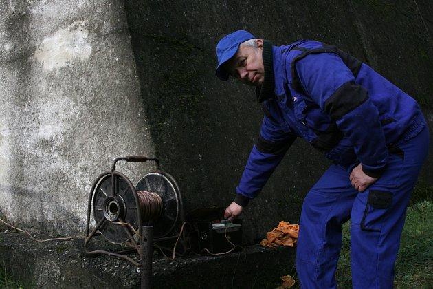 Střelmistr společnosti Otmar Ondraczka VVUÚ zOstravy-Radvanic a jeho pracovní život se točí zejména okolo explozí, zapálení a požárů.