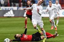 BANÍK SPASIL SUS. Nevídané sólo Martina Suse rozhodlo včerejší druholigový zápas mezi Baníkem a Táborskem (1:0). Takto se ho snažil faulovat jeden z obránců Táborska.