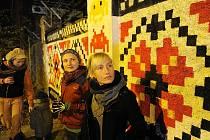 První antismogový Streetart má podobu folklorní výšivky a byl slavnostně v sobotu podvečer odhalen na ostravském dole Hlubina za přítomnosti autorky tohoto díla. Speciální postřik na zdi u Dolu Hlubina dokáže rozkládat nečistoty v ovzduší.