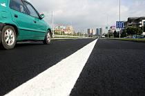 Ulice Horní v Ostravě-Dubině září do dálky novotou. Při bližším pohledu se ale řidičům zdá být rozpraskaná.
