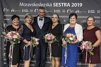 Sestřičkou Moravskoslezského kraje pro rok 2019 se stala Jana Kuligová, která pracuje v nemocnici v Karviné-Ráji. Na snímku z loňského ročníku jsou finalistky soutěže a hejtman Ivo Vondrák.