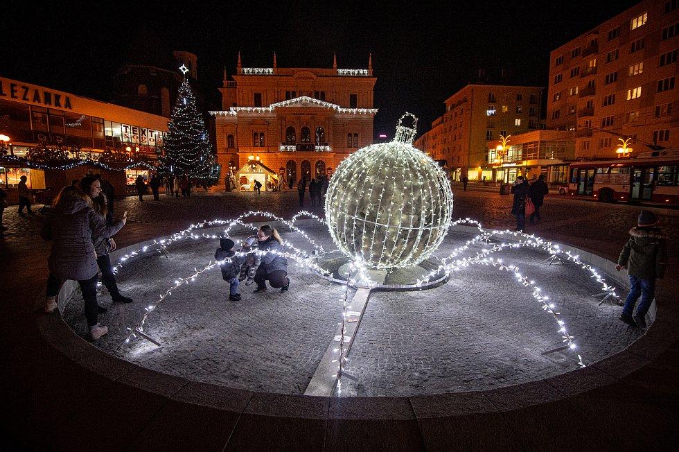 Vánoční strom v Opavě na Horním náměstí.