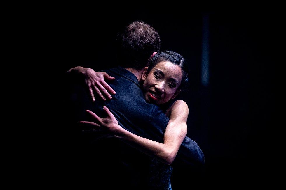 Jeden den s baletkou Shino Sakurado, 5. dubna 2019 v Ostravě. Shino objímá svého kolegu před vystoupením.