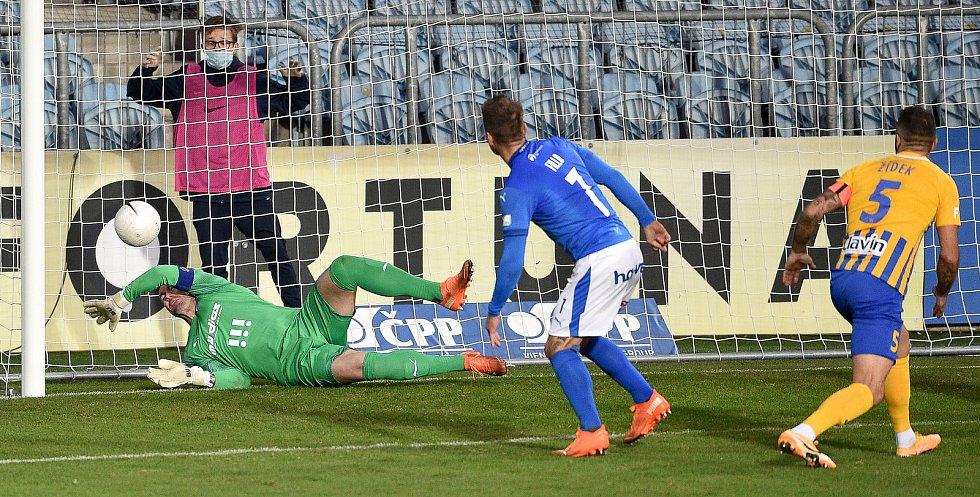 Utkání 10. kola první fotbalové ligy: SFC Opava - FC Baník Ostrava, 5. prosince 2020 v Opavě. (zleva) brankář Ostravy Jan Laštůvka, Martin Fillo z Ostravy a Jan Žídek z Opavy.