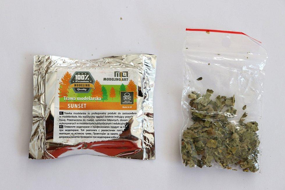 Fotografie balíčků, které obsahují nebezpečnou látku.