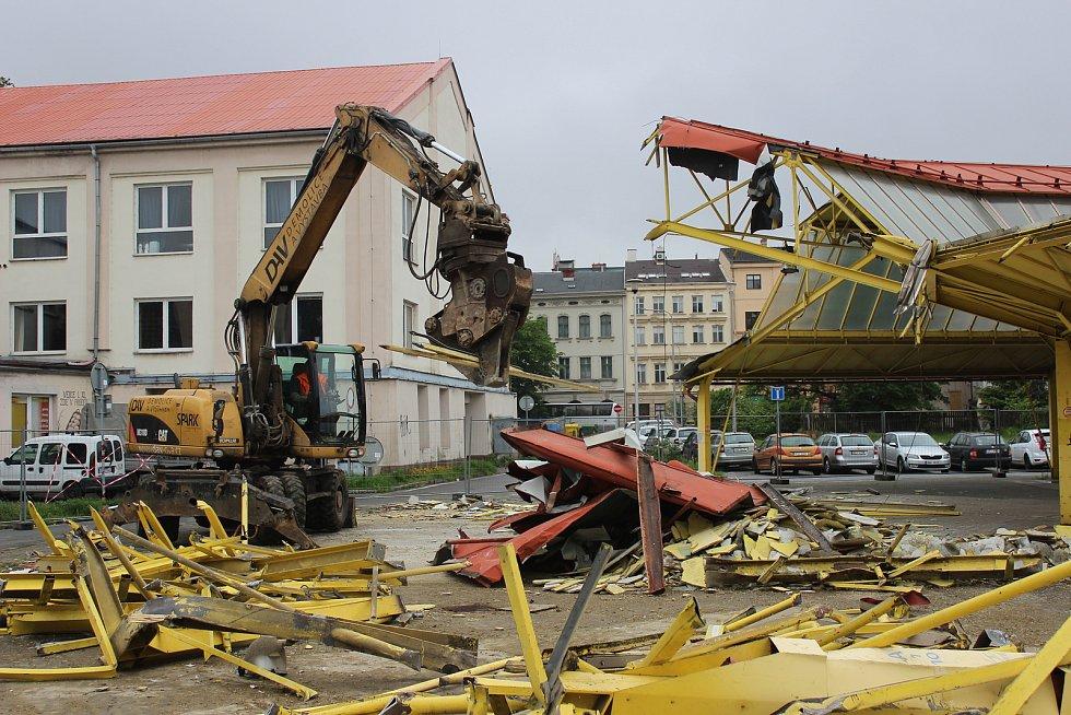 Demolice staré tržnice na Černé louce, 16. května v Ostravě.