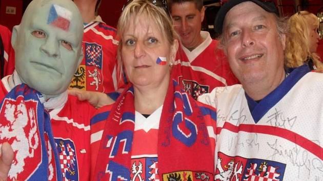 HOKEJOVÍ FANOUŠCI Petr a Yveta Marinovovi nechyběli ani na letošním světovém šampionátu, který hostila Paříž a Kolín nad Rýnem.