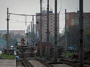 Na mostech v Plzeňské ulici se už začalo s rozebíráním kolejí. Brzy se přistoupí k devítidennímu nočnímu bourání samotných mostních pilířů.