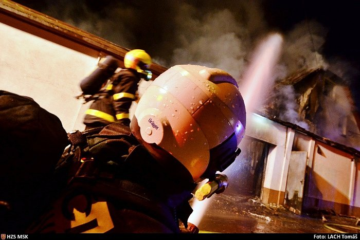 Požár členitého rodinného domu ve Slezské Ostravě s velkou škodou.