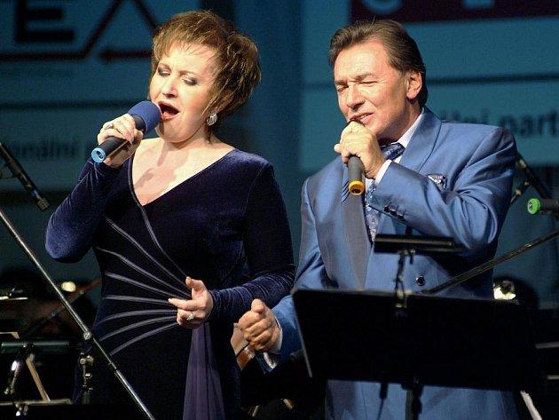 Eva Urbanová a Karel Gott na koncertě na Žofíně.