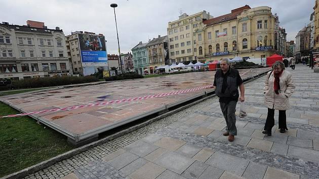 V centru Ostravy už se staví umělé kluziště
