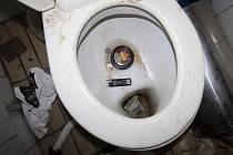 Muž při útěku poškodil zařízení toalety. V záchodové míse skončily i některé jeho věci.