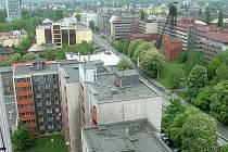 Na místě domů v popředí, na levé straně Nádražní třídy, ústila kdysi Harantova ulice. V ní byl internační tábor Hanke.