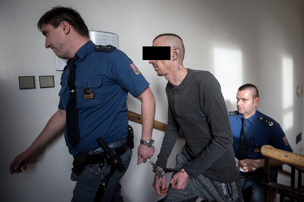 Na snímku Lukáš M. přicház v doprovodu vězeňské služby do jednací místnosti Krajského soudu v Ostravě, 6. ledna 2020 v Ostravě.