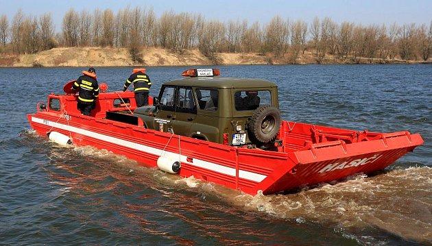Speciální těžkou techniku představili ve středu záchranáři z hasičského útvaru v Hlučíně.