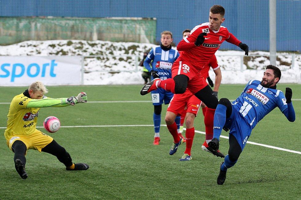 Brno 6.1.2019 - zápas Tipsport ligy 2019 mezi 1. SC Znojmo (Muamer Avdič - modrá) a FC Zbrojovkou Brno (Antonín Růsek - červená)