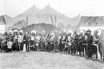 Takto vypadal cirkusový stan skupiny Buffalo Bill´s Wild West. V popředí je plukovník William Cody se skupinou indiánů.