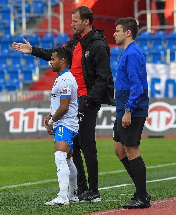Fotbalisté Baníku Ostrava odehráli v sobotu 15. května 2021 utkání 32. ligového kola se Zlínem. Domácí trenér Ondřej Smetana uděluje poslední pokyny střídajícímu záložníkovi Dyjanu Carlosi De Azevedovi.