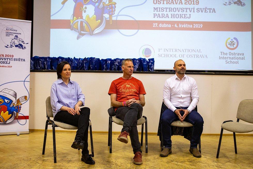 Beseda s českou hokejovou legendou Dominikem Haškem, 31. května 2019 v Ostravě. Na snímku zleva Eva Dawson, Dominik Hašek a Jiří Šindler.