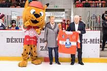 VÁCLAV A JITKA KUBINOVI před nedělním zápasem Frýdku-Místku se Sokolovem s dresem s podobiznou jejich syna Pavla.