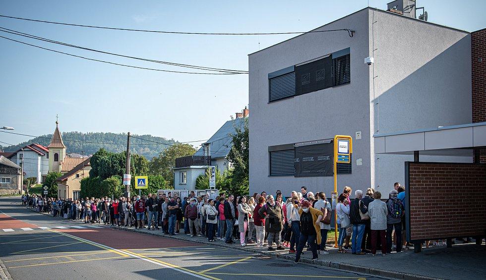Fronta lidí kteří se chtějí přihlásit k novému zubaři, 14. září 2020 ve Lhotce.