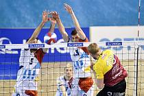 TUDY NE! Václav Kotas (vlevo) a Jakub Ihnát zastavili na síti smeč libereckého Michala Kriška. Ostrava domácí zápas s Duklou v lednu vyhrála 3:2, v prosinci pod Ještědem soupeři podlehla 1:3.