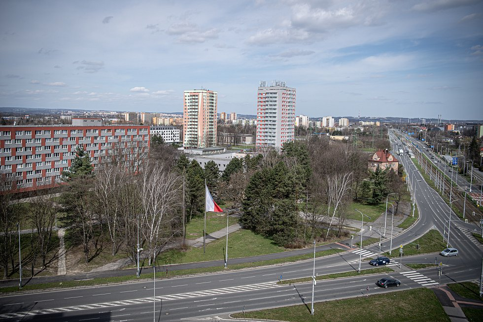 Ostrava-Jih, křižovatka ulic Plzeňská - Horní, hranice částí Hrabůvka a Zábřeh, v blízkosti zastávky Hotel Bělský les.