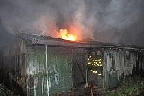 Požár myslivecké chaty se sportovní střelnicí u Heřmanického rybníka v lokalitě Nad Stavy.