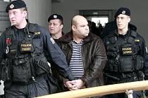 Obviněné k ostravskému soudu, který rozhodoval o vazbě, přiváděla policejní eskorta. Na pořádek v justičním paláci o okolí dohlíželi další ochránci zákona.