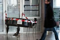 Křídlo, které na hlavním nádraží v Ostravě sloužilo k ukrácení dlouhé chvíle stovkám cestujících, téměř po roce dohrálo.