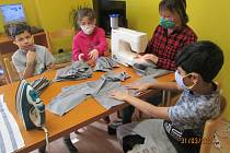 S výrobou roušek pomáhají i dětské domovy.