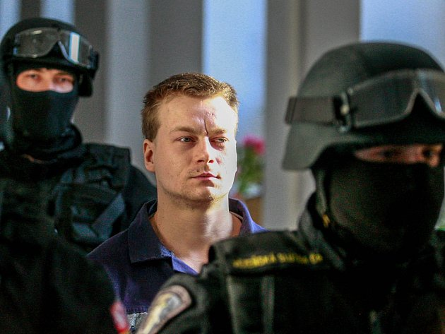 Příchod Martina Balhara k soudu v doprovodu vězeňské služby.