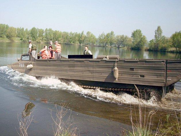 Ve Vrbickém jezeře u Bohumína ve čtvrtek záchranáři z Hlučína testovali záchranné obrněné transportéry