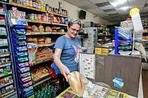 V Potravinách-Večerce v Ostravě-Vítkovicích prodávají nonstop. A jak sdělila usměvavá prodavačka Petra, zákazníků bývá o státních svátcích, kdy velké markety prodávat nesmějí, skoro dvojnásobek než v běžných dnech.
