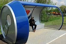 Na autobusové zastávce Nová Ves vodárna je nový netradiční přístřešek. Je ve tvaru plechovky.