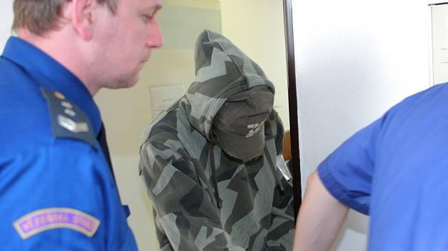 Eskorta přivádí Vladimíra Skalu k soudu