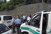 Policisté výtržníky shromáždili u autobusové zastávky. Na místě se objevili i psovodi se psy.