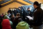 Cvičení zákroku a postupu při zajištění migrantů na hranici s Polskem v Chotěbuzi.